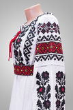 folclore nacional fêmea da camisa de vestido, um traje popular Ucrânia, no fundo do branco cinzento Fotografia de Stock Royalty Free