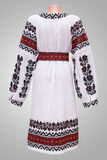 folclore nacional fêmea da camisa de vestido, um traje popular Ucrânia, no fundo do branco cinzento Imagens de Stock Royalty Free