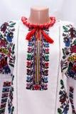 Folclore nacional fêmea da camisa, um traje popular Ucrânia, isolada no fundo do branco cinzento Fotos de Stock Royalty Free