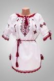 Folclore nacional fêmea da camisa, um traje popular Ucrânia, isolada no fundo do branco cinzento Imagem de Stock Royalty Free