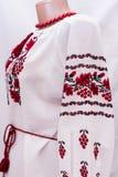 Folclore nacional fêmea da camisa, um traje popular Ucrânia, isolada no fundo do branco cinzento Fotos de Stock
