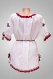 Folclore nacional fêmea da camisa, um traje popular Ucrânia, isolada no fundo do branco cinzento Foto de Stock Royalty Free