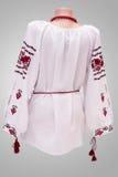 Folclore nacional fêmea da camisa, um traje popular Ucrânia, isolada no fundo do branco cinzento Fotografia de Stock Royalty Free