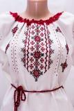 Folclore nacional fêmea da camisa, um traje popular Ucrânia, no fundo do branco cinzento Fotos de Stock