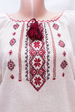 Folclore nacional fêmea da camisa, um traje popular Ucrânia, no fundo do branco cinzento Fotos de Stock Royalty Free
