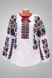 Folclore nazionale femminile della camicia, un costume piega Ucraina, sul fondo di bianco grigio Immagine Stock