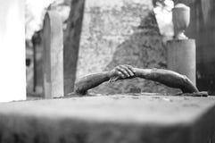 foldet hands tomben Royaltyfri Foto