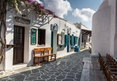 Folegandros, Grecia - 11 de septiembre de 2016: Calle peatonal en las FO Foto de archivo