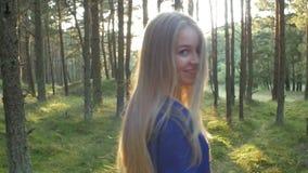 Folgen Sie dem Mädchen im Wald stock footage