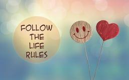 Folgen Sie den Lebenregeln mit Herzen und lächeln Sie emoji stockfotos