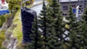 Folgen Sie vom Sattelschlepper-LKW-Spielzeug im Berg in der Zeitlupe 3840x2160 stock video