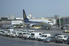 Folgende Fluglinie Jet Airways GENs VT-JBK Boeing-737 zu Abu Dhabi Airport Lizenzfreie Stockfotos