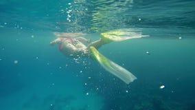 Folgende Frau beim Schwimmen im Meer stock footage
