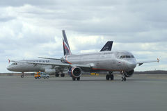 Folgendes GEN Boeing-737 (VT-JBK) Jet Airways, die heraus mit einem Taxi fährt Der Flughafen von Abu Dhabi Lizenzfreie Stockfotos
