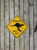 Folgendes 10 Kilometer-Zeichen der Kängurus an der Tür eines Hauses Lizenzfreie Stockbilder