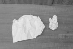 A folha abstrata do Livro monocromático, Branco, forra amarrotado em uma madeira Fotografia de Stock Royalty Free