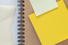 Folha amarela dos papéis de nota Imagens de Stock