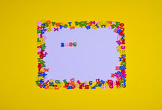 Folha branca com um blogue da inscrição na superfície amarela Imagens de Stock Royalty Free