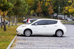 Folha branca de Nissan estacionada no estacionamento fotografia de stock