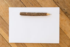 Folha branca do papel vazio com a pena de madeira na tabela Foto de Stock Royalty Free