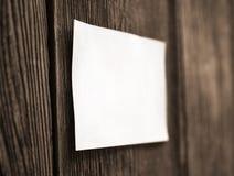 Folha branca em uma cerca de madeira Fotos de Stock Royalty Free
