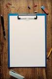 Folha branca vazia do padrão A4 em um dobrador do grampo Fotografia de Stock