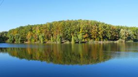 Folha colorida do outono com lago filme