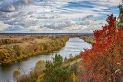 Folha colorida do outono sobre o lago com madeiras bonitas na cor vermelha e amarela foto de stock