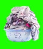 Folha da lavanderia em uma bacia isolada Foto de Stock