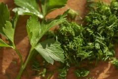 Folha da salsa em uma placa de corte Foto de Stock