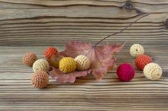 Folha de bordo seca do outono no fundo de madeira Herbário Contexto original artístico Feito a mão fazer crochê grânulos, fazendo Imagem de Stock Royalty Free