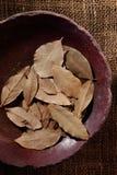 Folha de louro, erva secada em uma bacia Foto de Stock