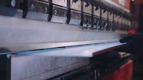Folha de metal da curvatura do trabalhador em uma máquina industrial de dobra moderna em uma fábrica CNC vídeos de arquivo