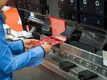Folha de metal de dobra do operador pela máquina de dobra da folha Imagem de Stock