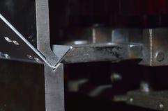 Folha de metal de dobra do operador pela máquina de dobra da folha Foto de Stock