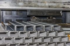 Folha de metal de dobra do operador pela máquina de dobra da folha Fotos de Stock
