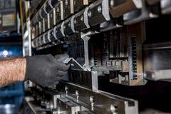 Folha de metal de dobra do operador pela máquina de dobra da folha Fotos de Stock Royalty Free