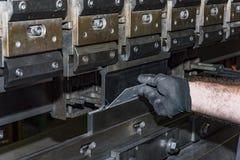 Folha de metal de dobra do operador pela máquina de dobra da folha Foto de Stock Royalty Free
