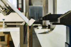 Folha de metal de dobra do operador pela máquina de dobra da folha Imagens de Stock
