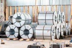 A folha de metal dobrada rola no armazém da fábrica Engenharia do metal Fotografia de Stock Royalty Free