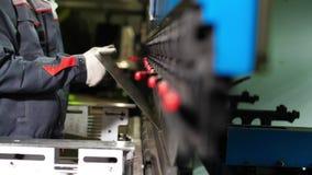 Folha de metal dos cortes do robô industrial Trabalhador na fabricação da produção na fábrica metalúrgica vídeos de arquivo