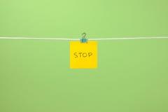 Folha de papel amarela na corda com parada do texto Fotografia de Stock Royalty Free