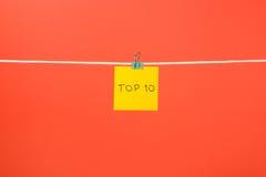 Folha de papel amarela na corda com parte superior 10 do texto Fotografia de Stock