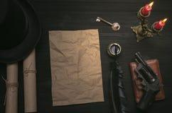 Folha de papel amarrotada da página com espaço da cópia na tabela da mesa do agente do detetive e chave a desembaraçar O indício foto de stock