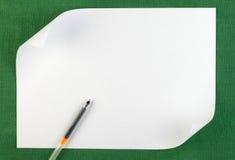 Folha de papel branca com borda ondulada fotografia de stock royalty free