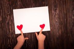 Folha de papel branca o fundo de madeira dos corações vermelhos pequenos Fotografia de Stock