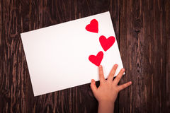 Folha de papel branca o fundo de madeira dos corações vermelhos pequenos Fotos de Stock