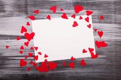 Folha de papel branca o fundo de madeira dos corações vermelhos pequenos Imagens de Stock Royalty Free