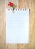 folha de papel com o clothespin no fundo de madeira Fotografia de Stock Royalty Free