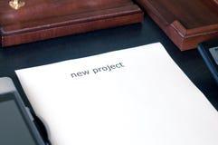 Folha de papel em uma tabela com o projeto novo da palavra Introduza seu texto Foto de Stock